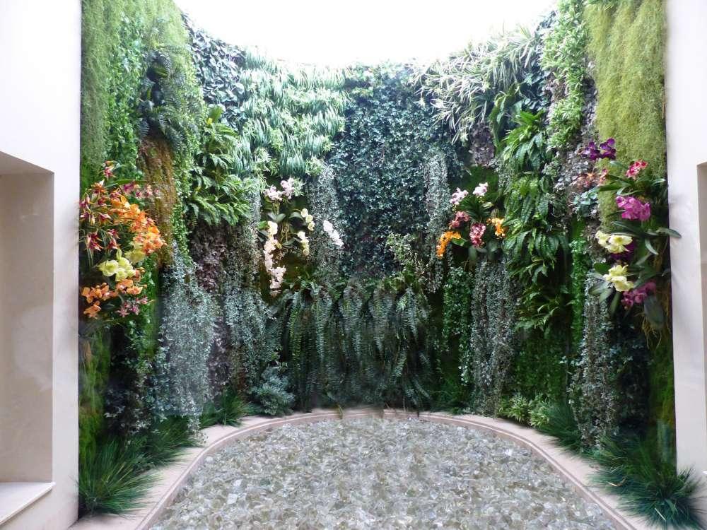 mur végétal artificiel dans une cour intérieure
