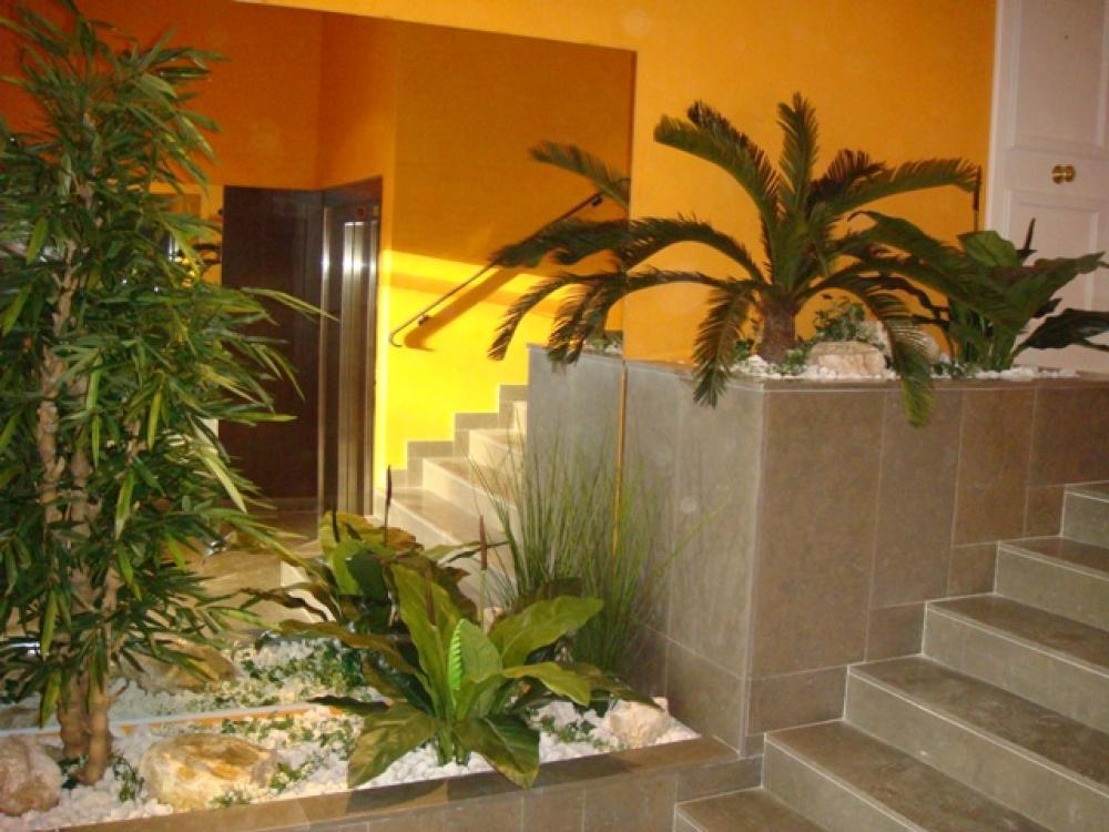 exemple de déco de hall d'immeuble avec des plantes artificielles