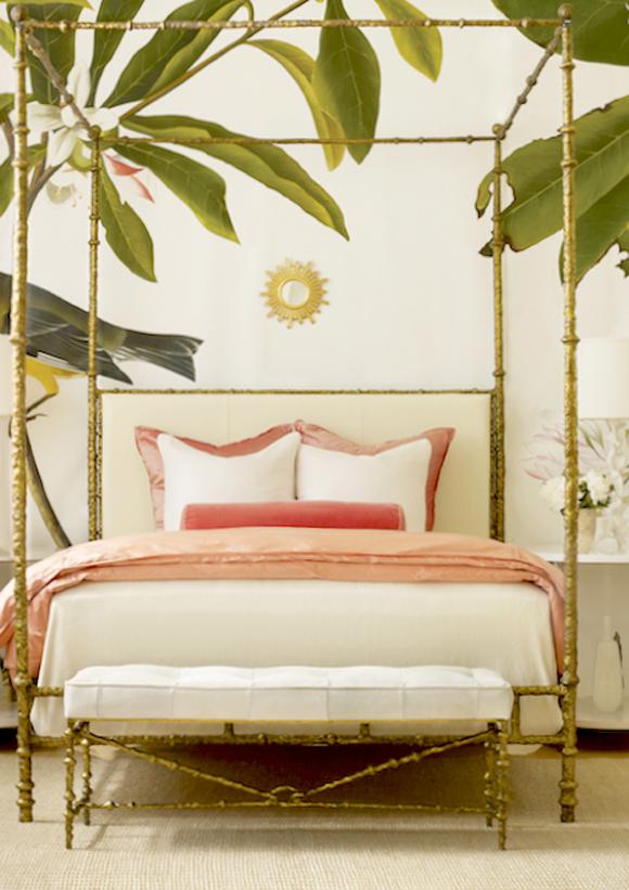 chambre tropicale avec papier peint feuille de bananier et lit à baldquins en bambou