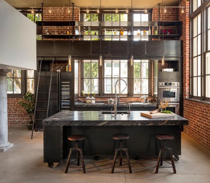 Un loft industriel avec une grande baie vitrée