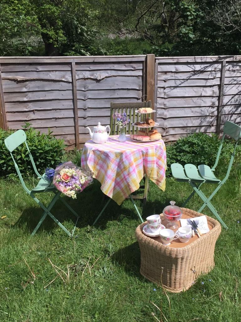 jardin avec table et chaises pour pique nique