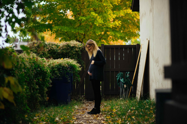 Un femme dans le jardin de sa maison