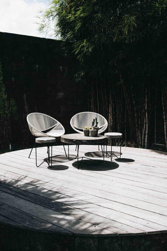 Une terrasse ronde en bois avec des meubles design