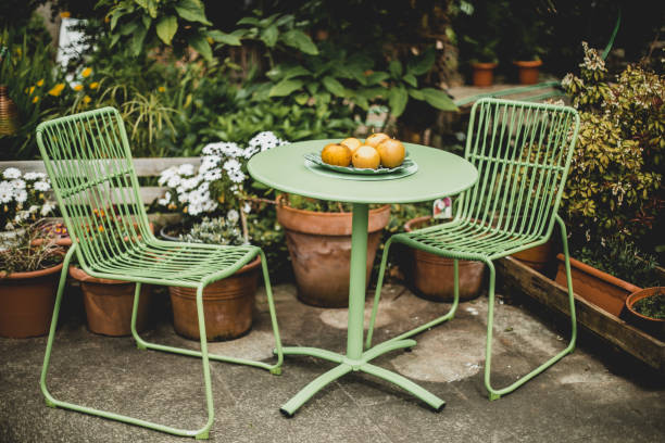 Chaises de jardin en métal avec une petite table assortie