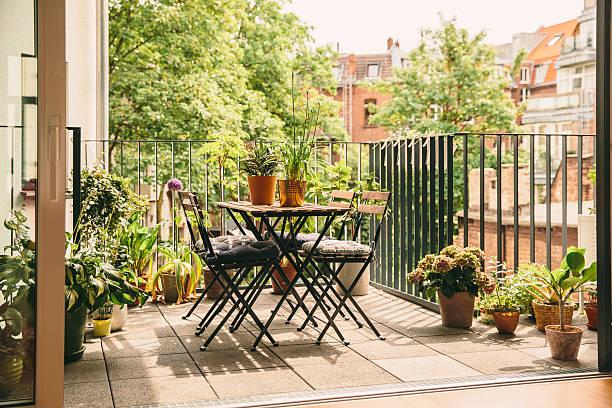 Petit salon de jardin aménagé sur un balcon