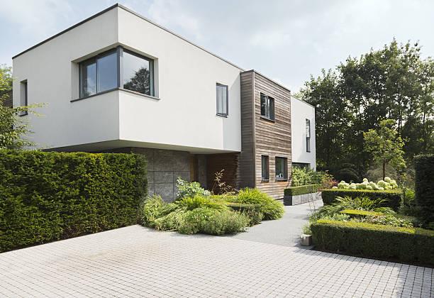 Maison moderne et jardin minimaliste bien entretenu