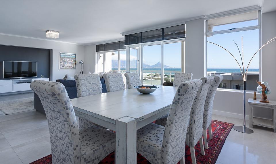 Salle à manger avec des fenêtres qui donnent vue sur la mer