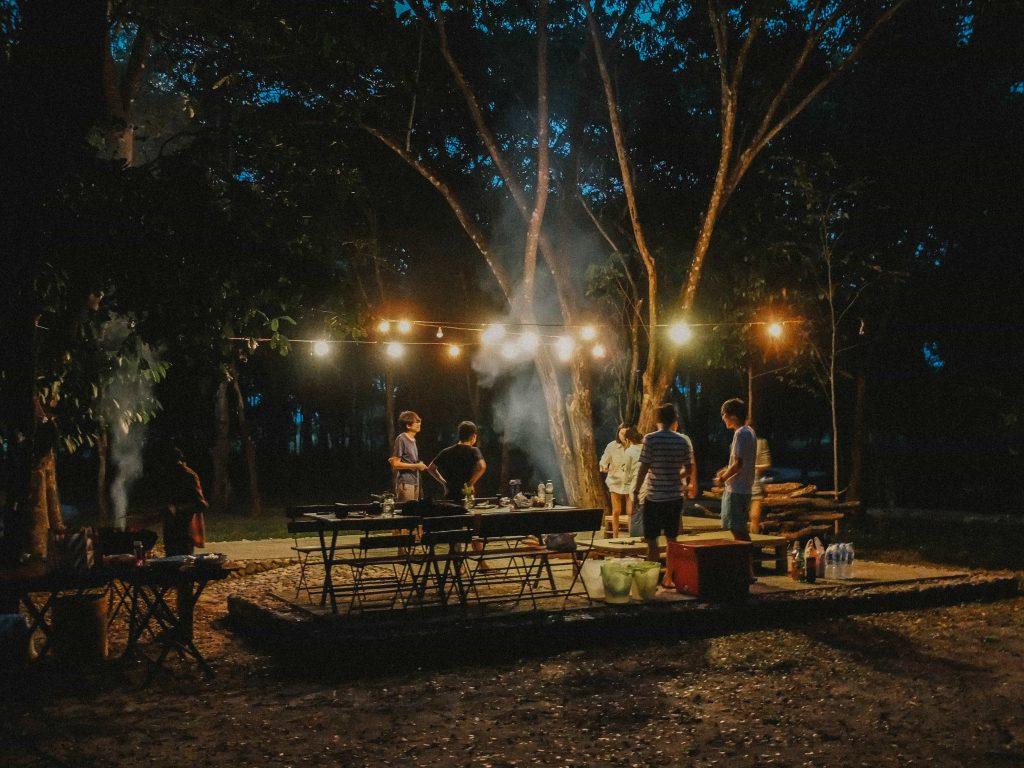 Un fête dans un jardin la nuit