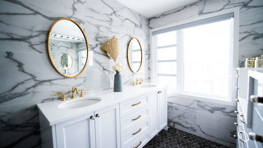 salle de bain décorée avec 2 miroirs
