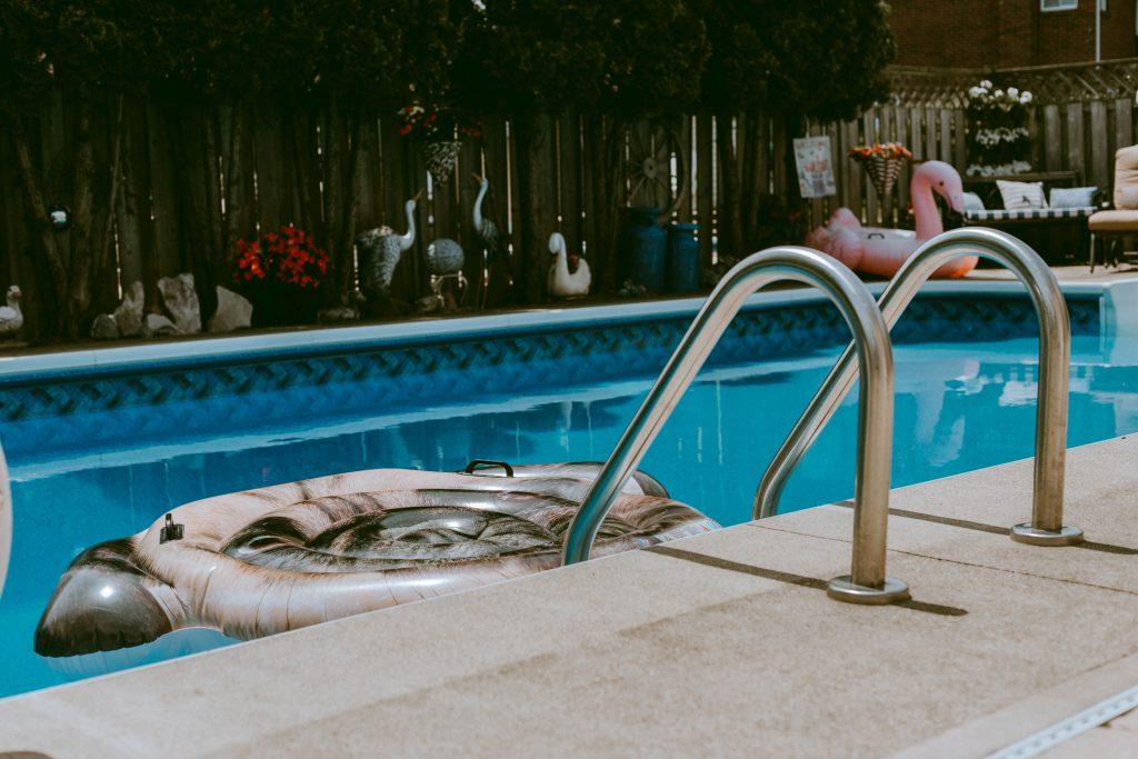 Le bord d'une piscine