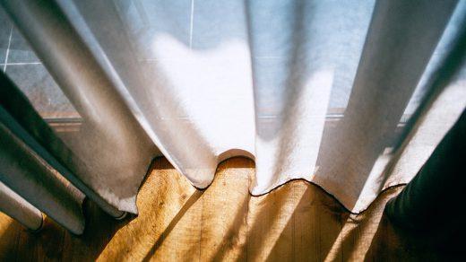photo en contre-plongée de voilages qui laissent passer la lumière