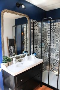 salle de bains avec crédence