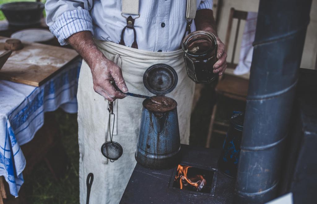 Une cafetière traditionelle sur une cuisinière à bois
