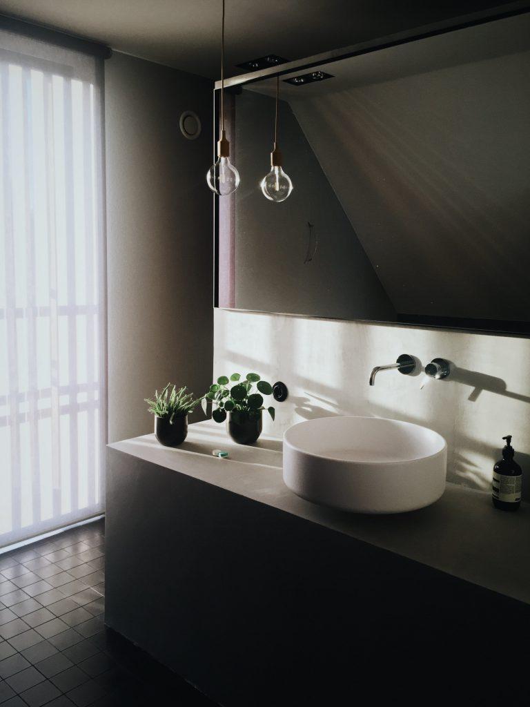 ampoule suspendue au bout d'un fil dans une salle de bain