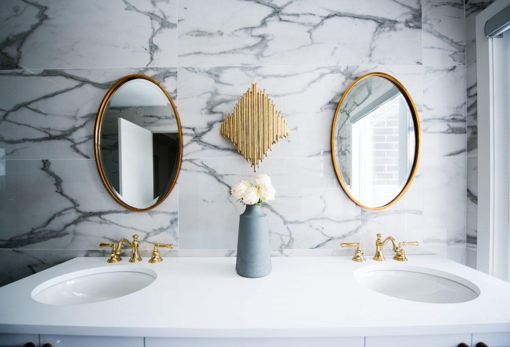 deux miroirs côte à côte dans une salle de bain décorée