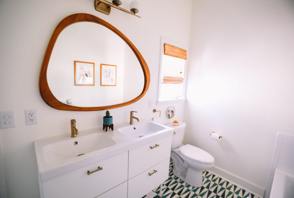 miroir original arrondi dans une salle de bain