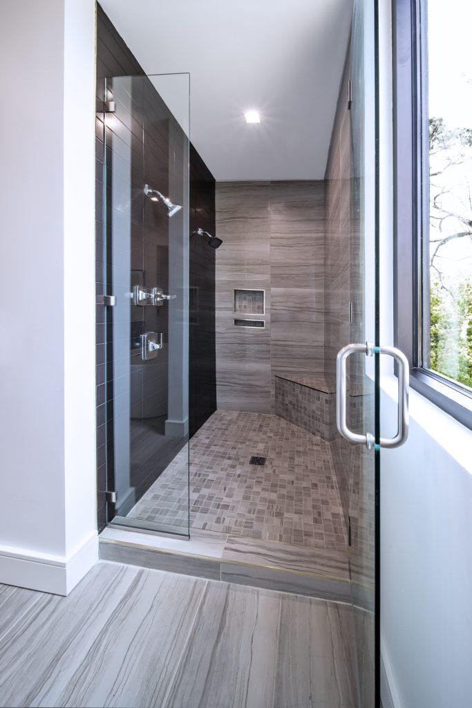 spot luminaire encastré au dessus d'une douche