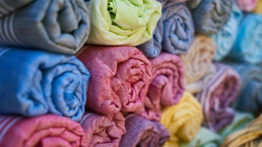 pile de tissus colorés